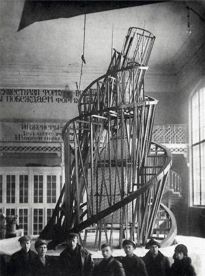 Torre de Tatlin, apresentada nos anos 20 e projetada para ser a sede da Terceira Internacional.