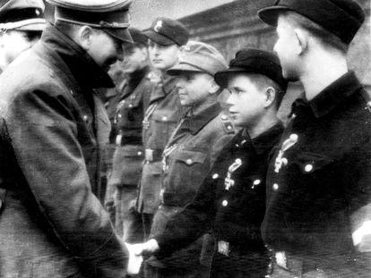 A última foto de Hitler antes de seu suicídio, em um ato com membros das Juventudes Hitleristas condecorados, no exterior do 'bunker' da Chancelaria.