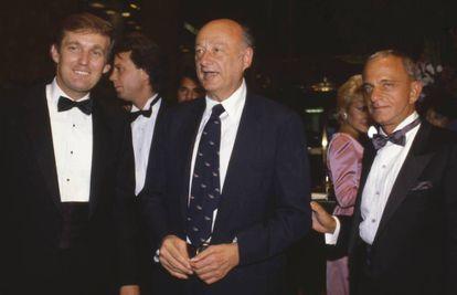 Da esquerda para a direita, Donald Trump, o prefeito Ed Koch e Roy Cohn na inauguração da Torre Trump, em 1983.
