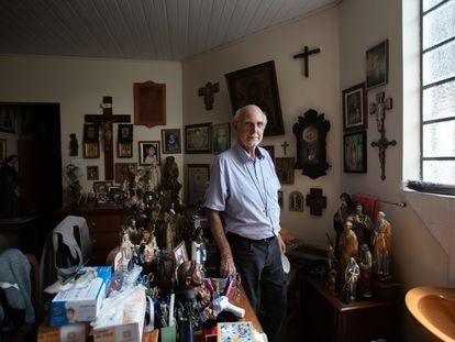 O padre Julio Lancellotti posa para foto na paróquia de São Miguel Arcanjo, zona leste de São Paulo.