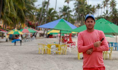 José Rodrigues trabalhou por cinco anos na construção do Complexo e hoje faz bico de garçom na praia.