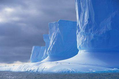 Penhascos de gelo na península Palmer, na Antártida