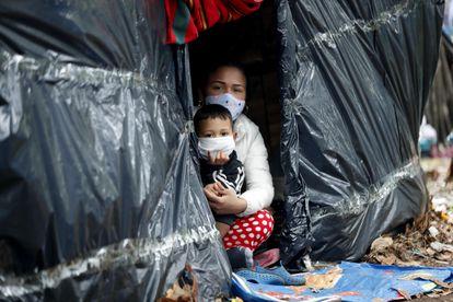 Cidadãos venezuelanos em um acampamento improvisado à margem de uma rodovia em Bogotá.