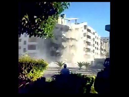 Entre as imagens obtidas pela Human Rights Watch, está esta captura de um vídeo que mostra soldados e civis sírios que supervisionam a demolição com explosivos de um edifício de apartamentos no bairro Zahirat, em Damasco. O vídeo foi gravado no final de setembro 2012.