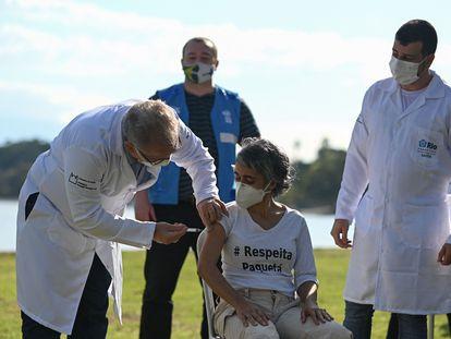 Marcelo Queiroga aplica uma dose da vacina na moradora Conceição Campos, em Paquetá, no último domingo (20). Moradora disse que preferia ter sido vacinada pela médica Margareth Dalcomo, da Fiocruz.