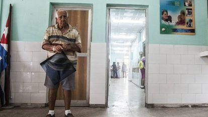 Paciente com radiografia aguarda consulta na entrada do posto de saúde.