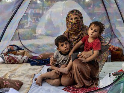 Família afegã deslocada pelo conflito em Cabul, nesta quinta-feira. Em vídeo, imagens de Ghazni e afegãos fugindo do conflito.