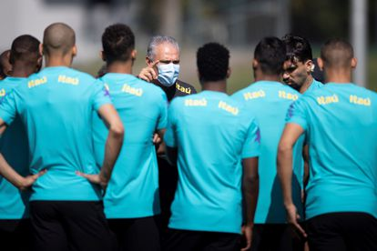 O técnico Tite dá instruções aos jogadores da seleção durante o treinamento na Granja Comary para as eliminatórias da Copa do Mundo de 2022,  contra o Equador e Paraguai. Teresópolis, Brasil.