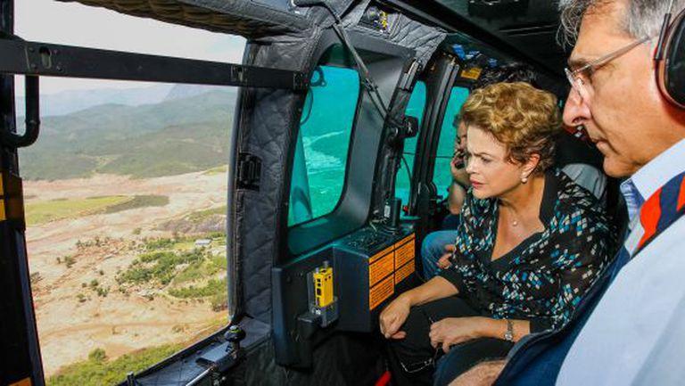 Dilma sobrevoa região atingida tragédia em Mariana.