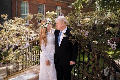 O primeiro-ministro britânico Boris Johnson e Carrie Symonds, minutos depois do casamento nos jardins de Downing Street, no sábado.