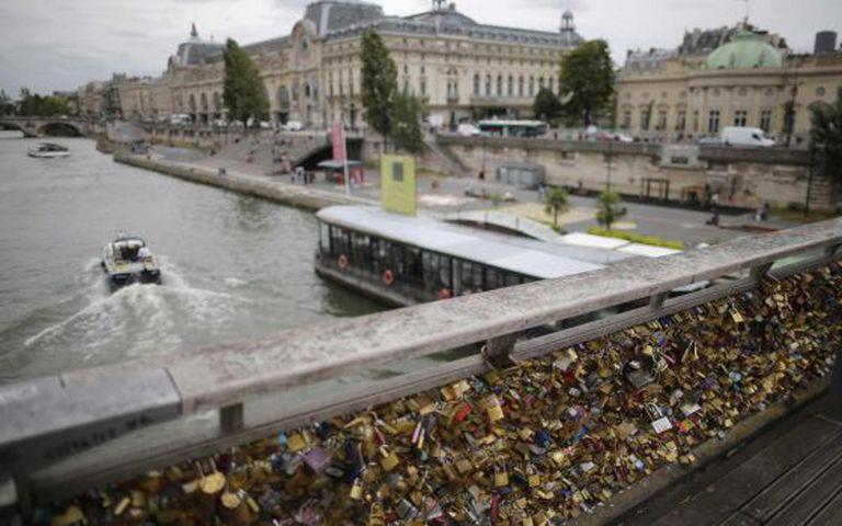 Cadeados em ponte de Paris sobre o rio Sena.