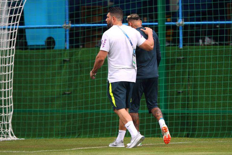 Neymar sai do treinamento do Brasil em Sochi.