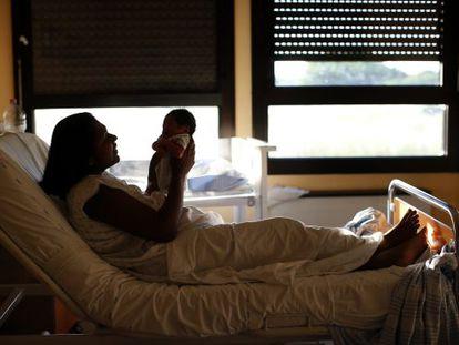 Uma mulher e a filha no hospital Sandro Pertini.