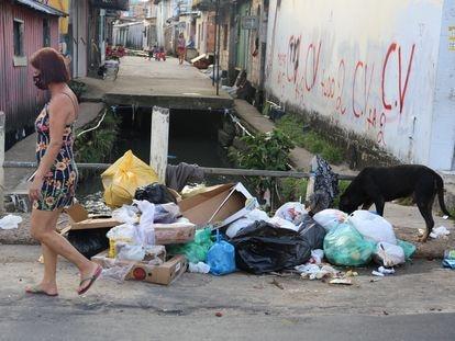 Mulher caminha diante de pichações do Comando Vermelho no bairro da Compensa, em Manaus, no final de janeiro.
