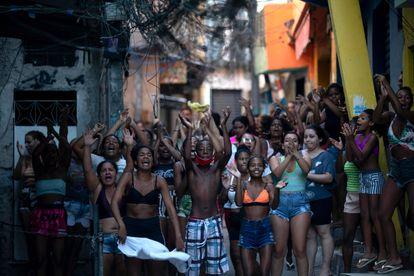 Moradores do Jacarezinho fazem protesto na quinta-feira, 6 de maio, logo após a operação policial que resultou em 25 mortes.