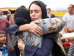 La primera ministra de Nueva Zelanda, Jacinda Ardern, abraza a una mujer tras los atentados contra mezquitas del pasado marzo.