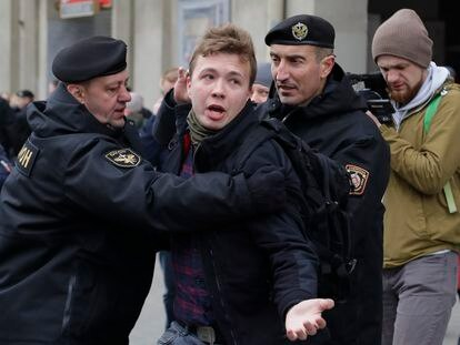 A polícia belarussa prende o jornalista Roman Protasevich durante um protesto da oposição em Minsk, em 2017. SERGEI GRITS / AP