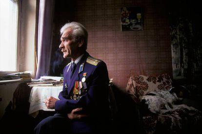 Fotografia do tenente coronel soviético Stanislav Petrov tirada en 1999.