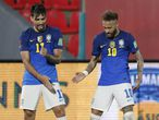 Paqueta y Neymar celebran un gol de Brasil ante Paraguay.