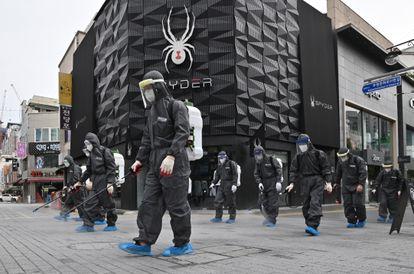 Desinfecção nas ruas de Incheon (Coreia do Sul), em setembro.