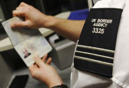 Controles de pasaporte en el aeropuerto de Gatwick, Londres.
