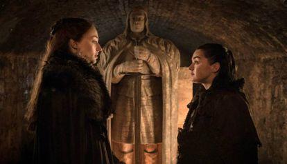 Sansa e Arya se reencontram no túmulo de seu pai.