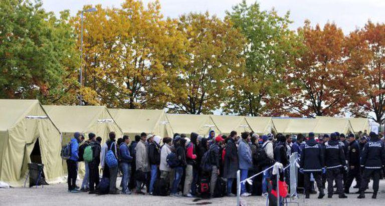Refugiados esperam transferência para centro na Eslovênia.