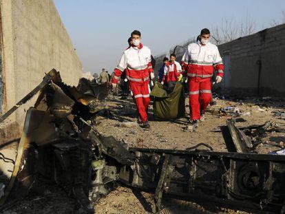 Equipes de emergência resgatam os corpos das vítimas no acidente do avião ucraniano no Irã, nesta quarta-feira.