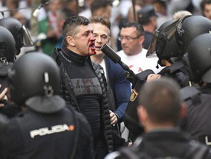 Um torcedor do Legia de Varsóvia enfrenta os agentes da Polícia Nacional.