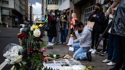 Altar espontâneo colocado no lugar da calçada onde Samuel Luiz foi mortalmente agredido, durante a segunda noite de lazer noturno na Galícia depois das restrições pela pandemia.