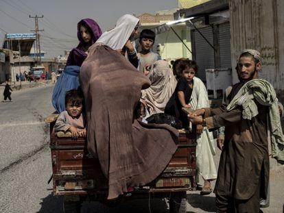 Uma família foge do seu bairro em Kandahar durante os combates entre o Talibã e o Exército, em 10 de agosto.