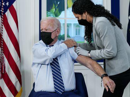 O presidente Joe Biden recebe a terceira dose da vacina contra o coronavírus na Casa Branca, em Washington.