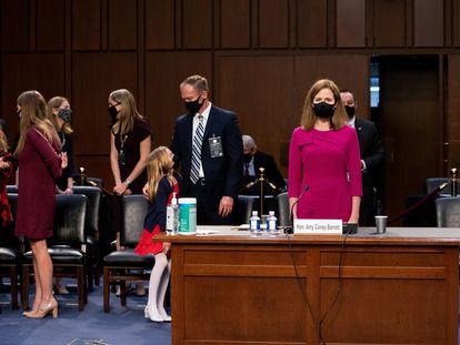 A juíza Barrett (à direita), com sua família no Senado, na segunda-feira, em Washington.