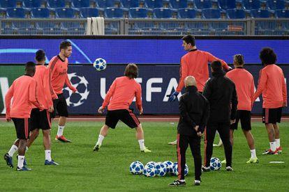 Jogadores do Real Madrid treinam às vésperas do jogo contra a Roma.