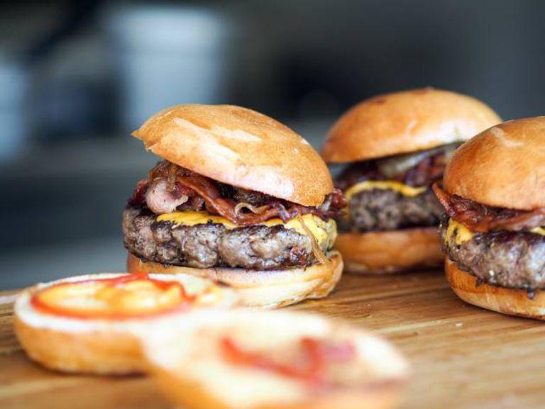 Bacon estaladiço, queijo fundido, pão artesão