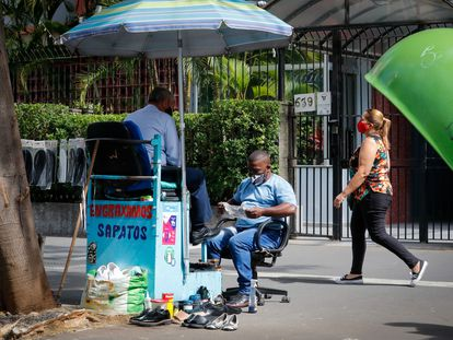 Engraxate atende cliente nesta segunda-feira em São Paulo.
