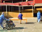 AME942. CIUDAD DE MÉXICO (MÉXICO),07/05/2020.- Personal del Centro Médico Nacional da de alta a pacientes de COVID-19 este martes en Ciudad de México (México). El Comité Internacional de la Cruz Roja (CICR), la Cruz Roja Mexicana (CRM) y el Instituto Mexicano del Seguro Social (IMSS) ratificaron este martes su solicitud de protección para el personal de salud tras decenas de agresiones y presentaron una campaña para sensibilizar a la sociedad al respecto. En el Día Internacional de la Enfermera, las instituciones recordaron que hasta el 6 de mayo en México se habían registrado 47 casos documentados de agresiones a personal de salud del IMSS en 11 estados del territorio, la mayoría de ellos contra el personal de enfermería. EFE/Jorge Núñez