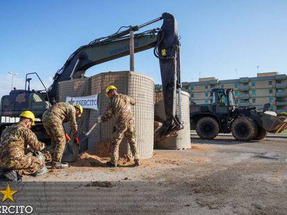 Imagem dos trabalhos de desativação da bomba em Brindisi (Itália).