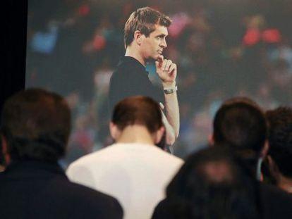 Jogadores e funcionários na homenagem a Tito.