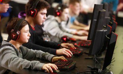 Jovens durante o Wargaming Fest, um evento de games em Moscou.