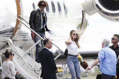 Johnny Depp e sua esposa Amer Heard ao chegar à Austrália.