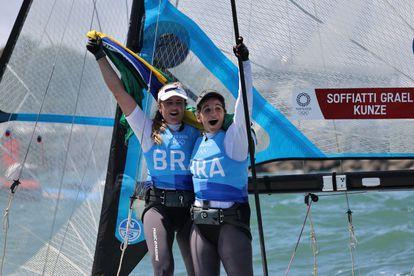 A dupla brasileira Martine Grael e Kahena Kunze celebra a medalha de ouro nesta terça-feira, 3 de agosto.