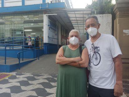 O casal Wilson Neves Bezerra e Silvia Toth Bezerra se cadastra na xepa da vacina contra a covid-19.