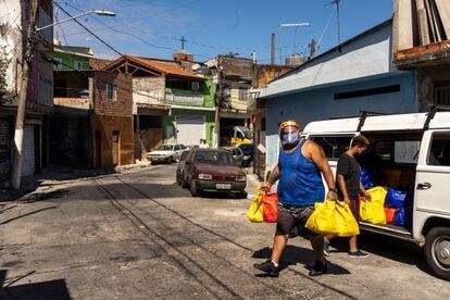 Voluntários da Preto Império entregam doações de cestas básicas para famílias de baixa renda.