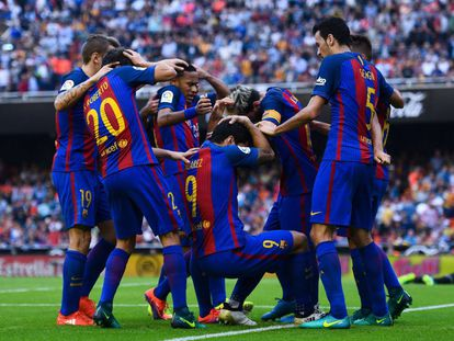 Os jogadores do Barcelona reagem às garrafadas no Mestalla.