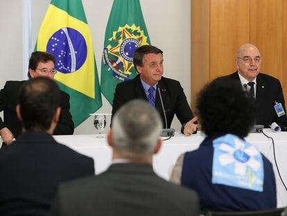 Jair Bolsonaro ao lado de Osmar Terra em encontro com médicos defensores da cloroquina, em setembro de 2020