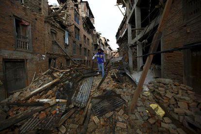 Um homem passeava na segunda-feira entre os escombros de casas na cidade de Bhaktapur, no Nepal.