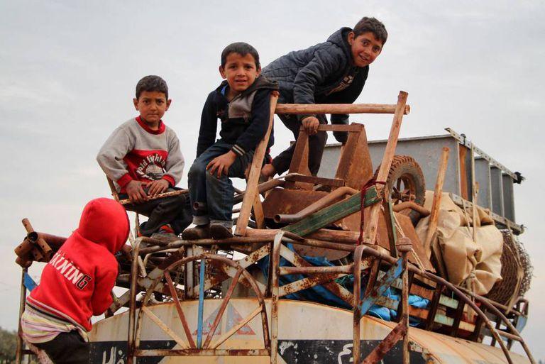 Crianças em caminhão em fuga da zona norte de Alepo, em 15 de fevereiro.