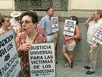 Familiares de víctimas de la dictadura argentina se manifiestan,el 29 de junio ante la Audiencia Nacional.