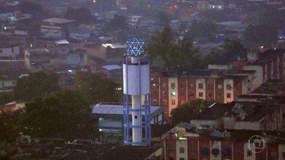 """Estrela de Davi em conjunto habitacional na zona norte do Rio, uma das áreas sob ataque da facção que rebatizou cinco zonas como """"Complexo de Israel""""."""